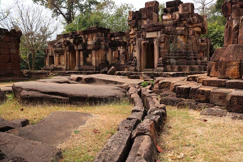 tempelruine knieender elefant-thailand
